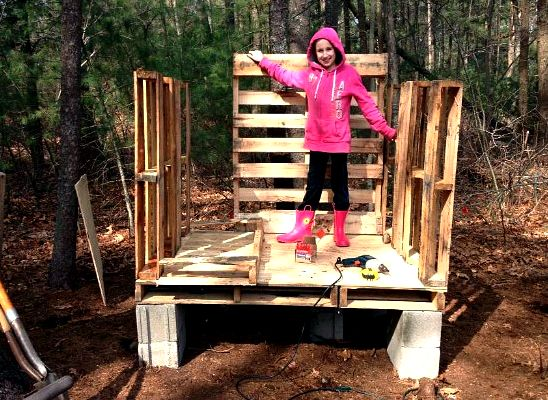 build a chicken coop from old wood pallets